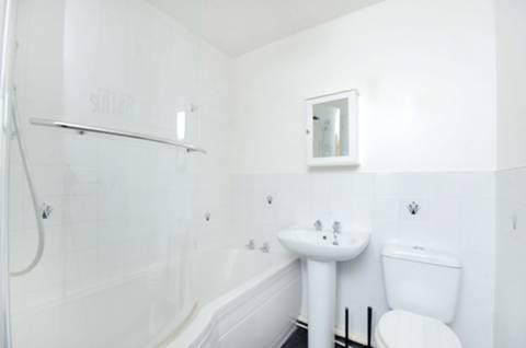 <b>Bathroom</b><span class='dims'> 6'2 x 3'6 (1.88 x 1.07m)</span>