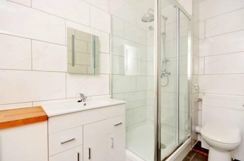 <b>En Suite Shower Room</b><span class='dims'> 9&#39;9 x 4&#39;10 (2.97 x 1.47m)</span>