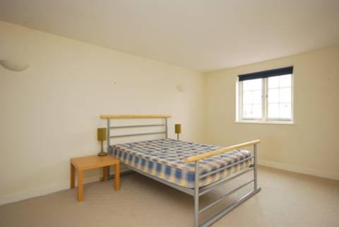 <b>Bedroom</b><span class='dims'> 16'6 x 13'3 (5.03 x 4.04m)</span>