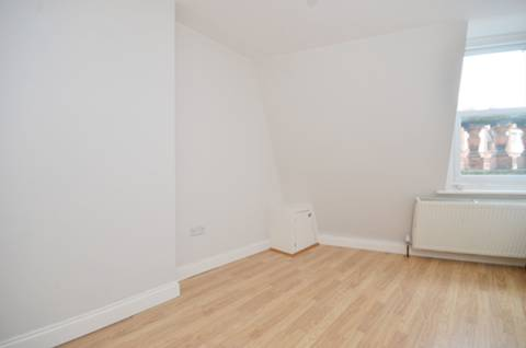 <b>Bedroom</b><span class='dims'> 12'6 x 8'3 (3.81 x 2.51m)</span>