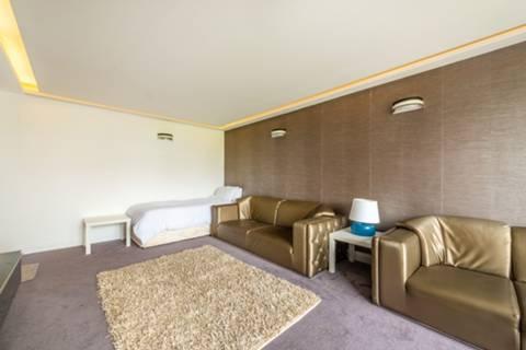 <b>Bedroom</b><span class='dims'> 15' x 9'10 (4.57 x 3.00m)</span>