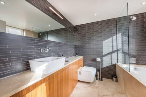 <b>Second En Suite Bathroom</b><span class='dims'></span>