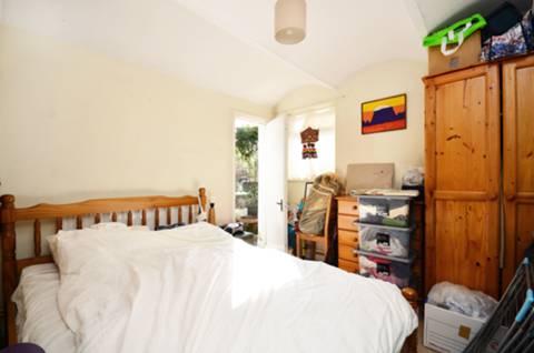 <b>Master Bedroom</b><span class='dims'> 12' x 10' (3.66 x 3.05m)</span>