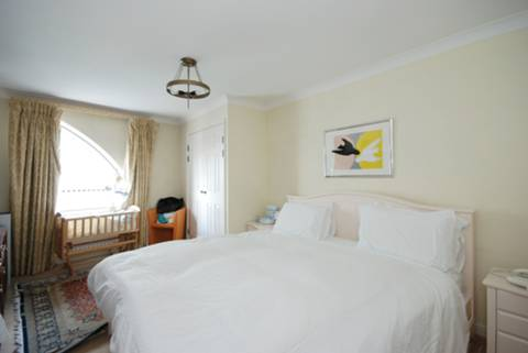 <b>Master Bedroom</b><span class='dims'> 17 x 11 (5.18 x 3.35m)</span>
