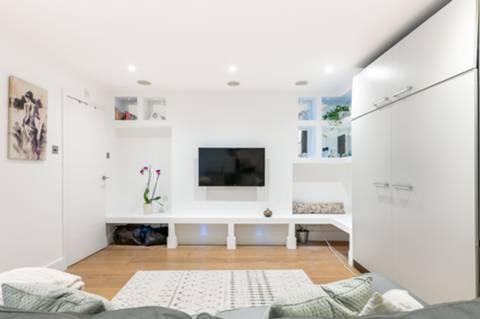 <b>Shower Room</b><span class='dims'> 9&#39;4 x 5&#39;3 (2.84 x 1.60m)</span>