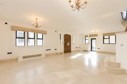 <b>Reception Room</b><span class='dims'> 29&#39;9 x 19&#39;3 (9.07 x 5.87m)</span>