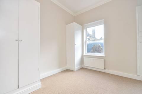 <b>Bedroom</b><span class='dims'> 11' x 10'9 (3.35 x 3.28m)</span>