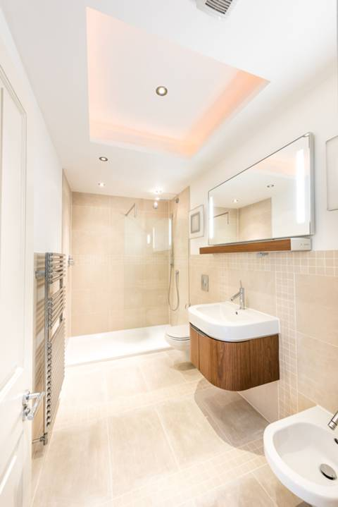 <b>First En Suite Shower Room</b><span class='dims'></span>