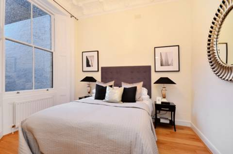 <b>Master Bedroom</b><span class='dims'> 13'7 x 11'4 (4.14 x 3.45m)</span>