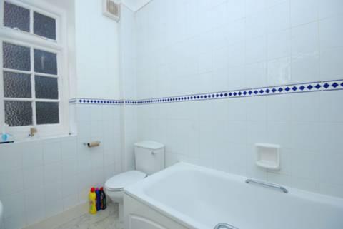 <b>Bathroom</b><span class='dims'> 8&#39;2 x 5&#39;8 (2.49 x 1.73m)</span>