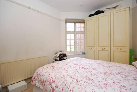 <b>Master Bedroom</b><span class='dims'> 13&#39;2 x 9&#39;5 (4.01 x 2.87m)</span>