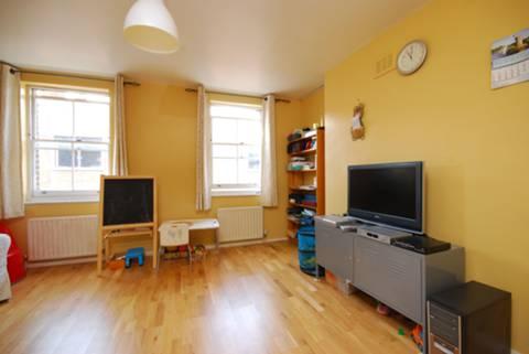 <b>Reception Room</b><span class='dims'> 15&#39;6 x 14&#39;9 (4.72 x 4.50m)</span>