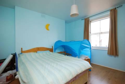 <b>Master Bedroom</b><span class='dims'> 12&#39;2 x 12&#39;1 (3.71 x 3.68m)</span>