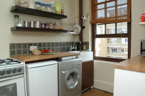 <b>Kitchen</b><span class='dims'> 7'9 x 7'1 (2.36 x 2.16m)</span>