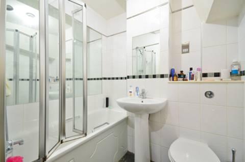 <b>Bathroom</b><span class='dims'> 5&#39;6 x 5&#39;6 (1.68 x 1.68m)</span>