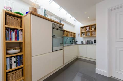 <b>Kitchen/Dining Room</b><span class='dims'> 27'1 x 16'1 (8.25 x 4.90m)</span>