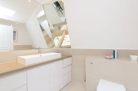<b>En Suite Bathroom</b><span class='dims'> 9' x 6'3 (2.74 x 1.91m)</span>