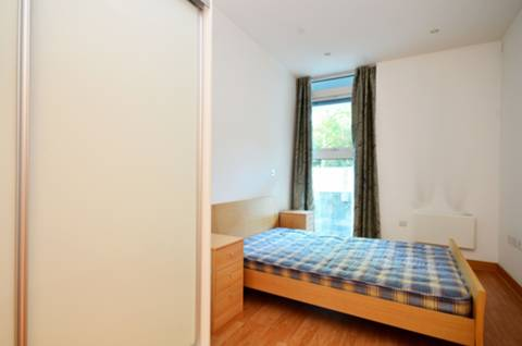 <b>Bedroom</b><span class='dims'> 16' x 8'6 (4.88 x 2.59m)</span>