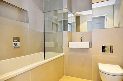 <b>Bathroom</b><span class='dims'> 6'10 x 6'9 (2.08 x 2.06m)</span>