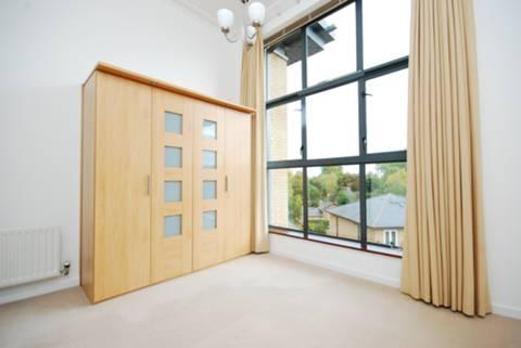 <b>Master Bedroom</b><span class='dims'> 17&#39;6 x 13&#39; (5.33 x 3.96m)</span>