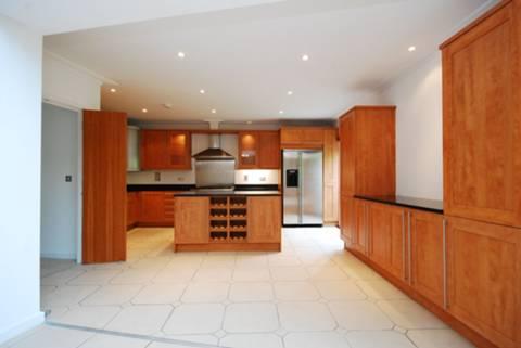 <b>Kitchen</b><span class='dims'> 17&#39;6 x 8&#39; (5.33 x 2.44m)</span>