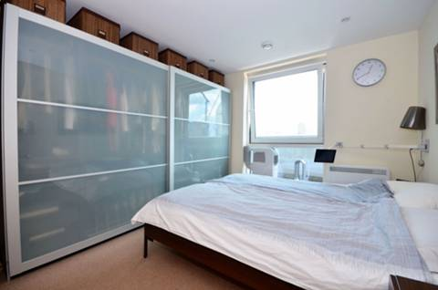 <b>Main Bedroom</b><span class='dims'> 11'7 x 10'7 (3.53 x 3.23m)</span>