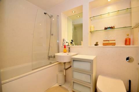 <b>Bathroom</b><span class='dims'> 7'6 x 6'6 (2.29 x 1.98m)</span>