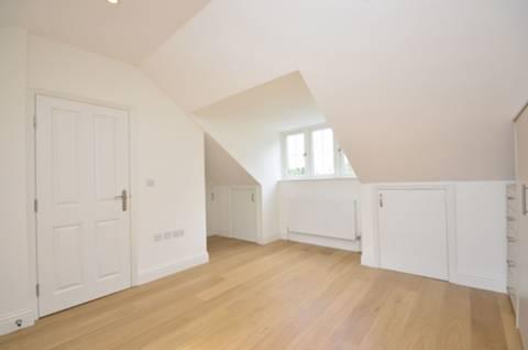 <b>Master Bedroom</b><span class='dims'> 21&#39;7 x 16&#39;4 (6.58 x 4.98m)</span>