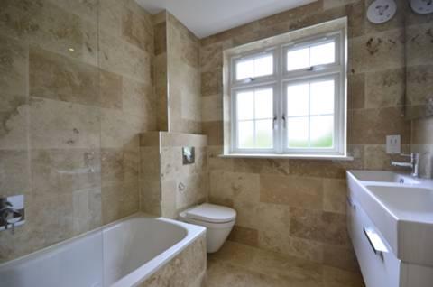 <b>Bathroom</b><span class='dims'> 7&#39;2 x 7 (2.18 x 2.13m)</span>