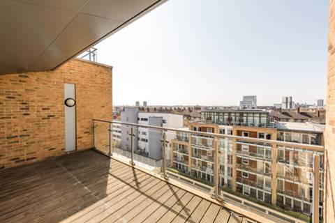 <b>First Roof Terrace</b><span class='dims'></span>