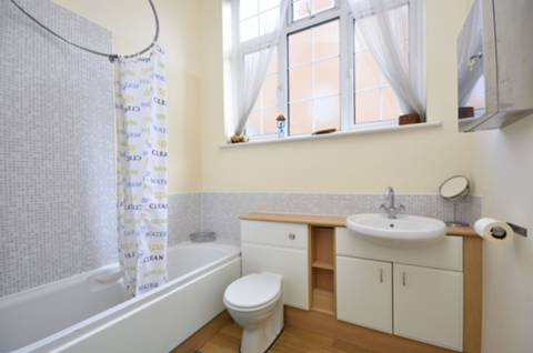 <b>Master Bedroom</b><span class='dims'> 12&#39;4 x 10 (3.76 x 3.05m)</span>