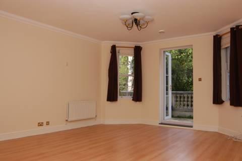 <b>Reception Room</b><span class='dims'> 21' x 14'3 (6.40 x 4.34m)</span>
