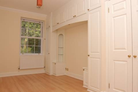 <b>Master Bedroom</b><span class='dims'> 18'3 x 9'9 (5.56 x 2.97m)</span>