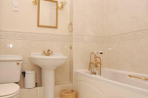 <b>En Suite Shower Room</b><span class='dims'> 6'9 x 6' (2.06 x 1.83m)</span>