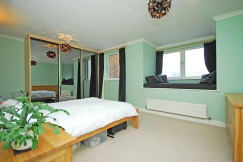 <b>Master Bedroom</b><span class='dims'> 17'2 x 10'11 (5.23 x 3.33m)</span>