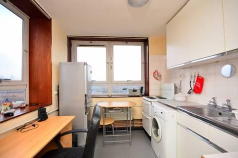 <b>Kitchen</b><span class='dims'> 9'2 x 8'3 (2.79 x 2.51m)</span>