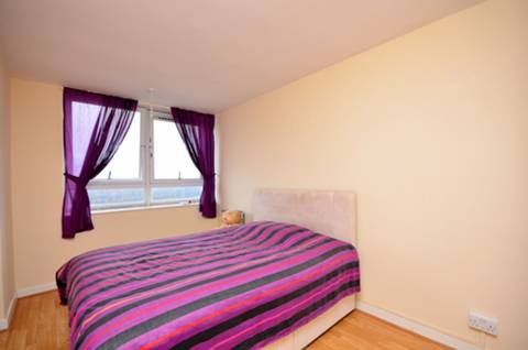 <b>Bedroom</b><span class='dims'> 14'8 x 8'10 (4.47 x 2.69m)</span>