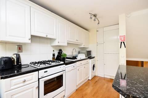 <b>Reception Room/Kitchen</b><span class='dims'> 18'4 x 17'11 (5.59 x 5.46m)</span>