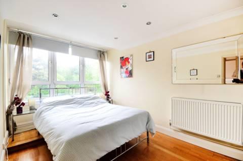 <b>Master Bedroom</b><span class='dims'> 15'11 x 8'6 (4.85 x 2.59m)</span>