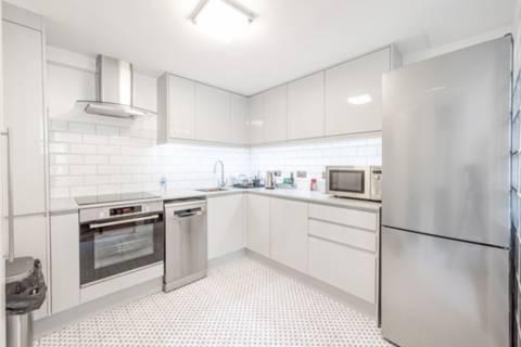 <b>Kitchen</b><span class='dims'> 9'3 x 9' (2.82 x 2.74m)</span>