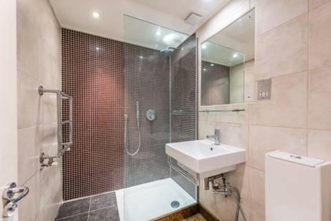 <b>First Shower Room</b><span class='dims'></span>