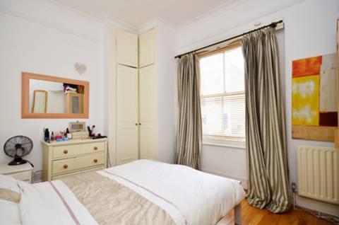 <b>Bedroom</b><span class='dims'> 12'6 x 9'6 (3.81 x 2.90m)</span>