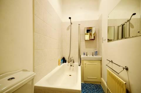 <b>Bathroom</b><span class='dims'> 9'6 x 4'3 (2.90 x 1.30m)</span>