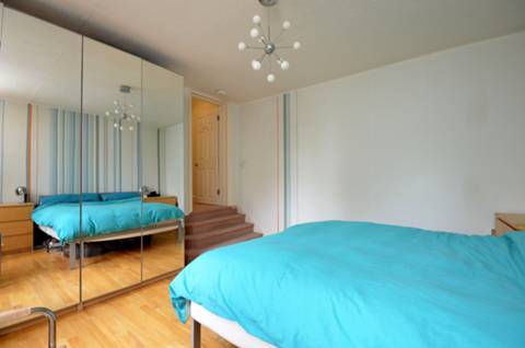<b>Master Bedroom</b><span class='dims'> 13'6 x 12'7 (4.11 x 3.84m)</span>