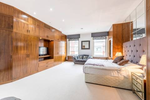 <b>Second Bedroom</b><span class='dims'> 18'8 x 15'11 (5.69 x 4.85m)</span>