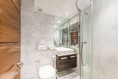 <b>En Suite Shower Room</b><span class='dims'> 11'2 x 4'4 (3.40 x 1.32m)</span>