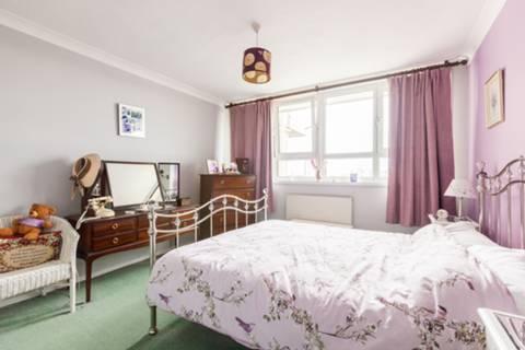 <b>Second Bedroom</b><span class='dims'> 13'3 x 8'3 (4.04 x 2.51m)</span>