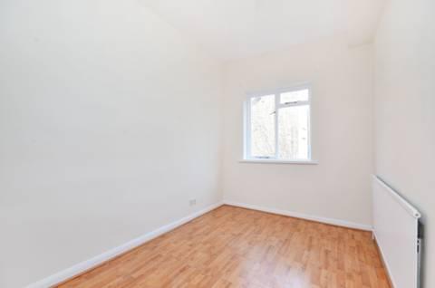 <b>Second Bedroom</b><span class='dims'> 15'7 x 7'11 (4.75 x 2.41m)</span>