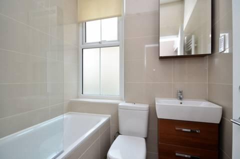 <b>Bathroom</b><span class='dims'> 6'3 x 5'6 (1.91 x 1.68m)</span>