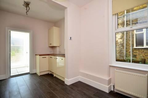 <b>Kitchen</b><span class='dims'> 13'6 x 10' (4.11 x 3.05m)</span>